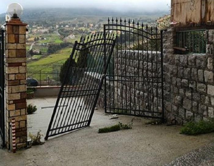 Materna di pioppo questa notte divelto il cancello d - Cancello porta ingresso ...