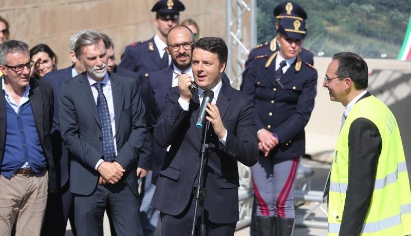 Il premier Renzi inaugura il viadotto Himera, ma è la carreggiata sbagliata