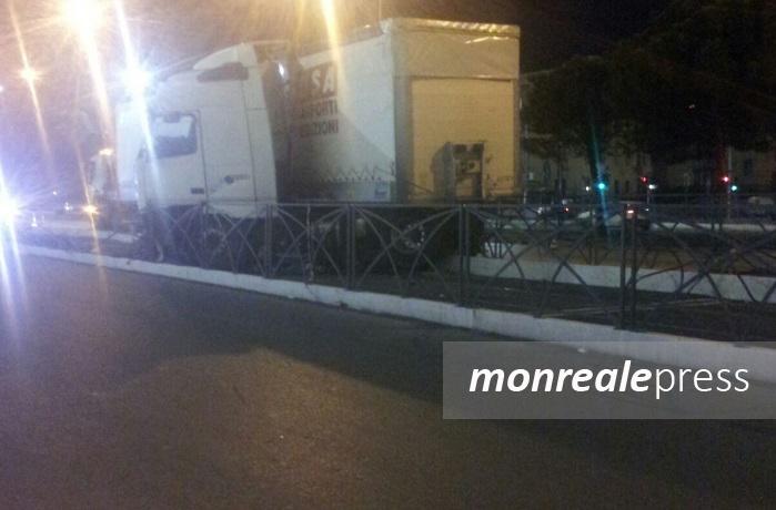 Tir contro la linea del tram (FOTO) Corse sospese su Viale Regione