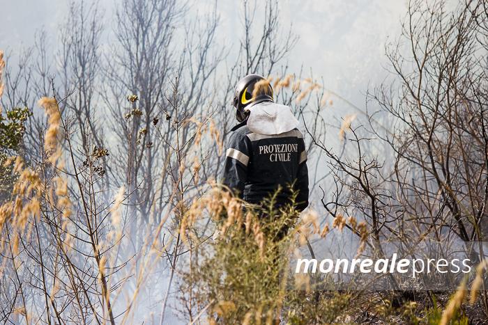 L'incendio quotidiano è servito: di nuovo in fiamme la collina di Miccini