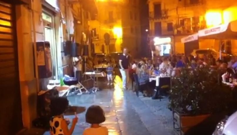 Ma davvero ci meritiamo il karaoke all'ombra del Duomo?
