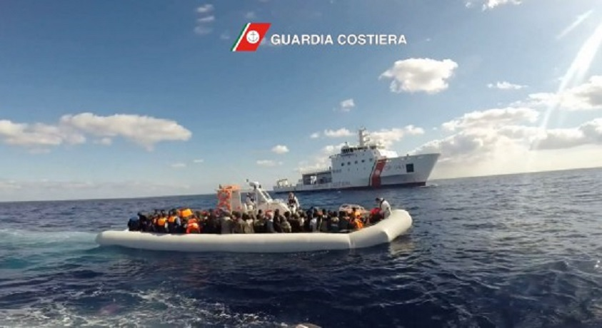 Migranti, cadono dal gommone recuperati sei cadaveri