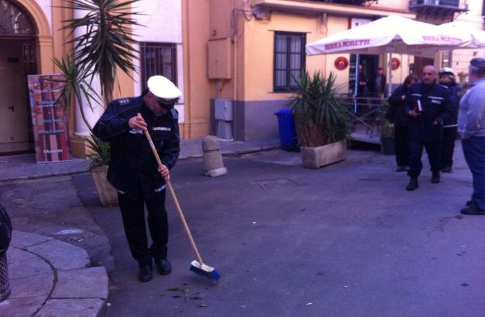Santa Caterina, sgomberato l'ambulante che sostava davanti la Biblioteca