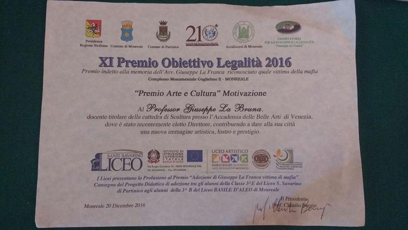 La pergamena consegnata al professore Beppe La Bruna
