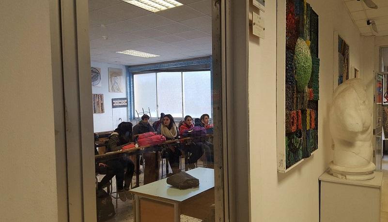 Studenti in aula con i giubbotti