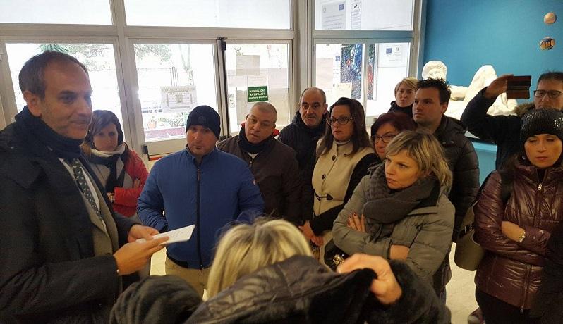 Il sindaco Piero Capizzi discute con i genitori