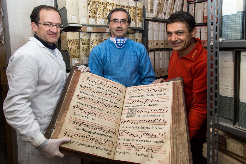 """Collegiata, la scoperta è """"pazzesca"""". Ecco gli antichi libri del 1490"""