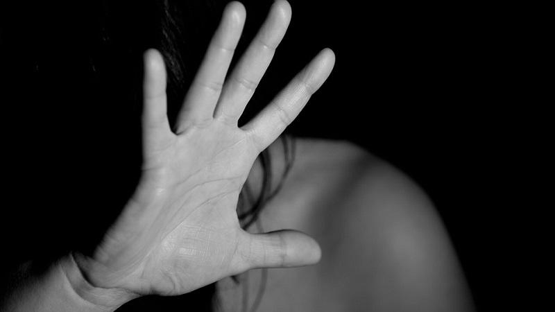 Non accetta la fine della storia e minaccia e picchia la ex: arrestato