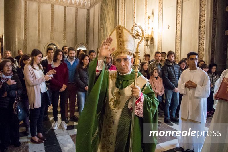 La benedizione di monsignor Pennisi a studenti e mondo della scuola