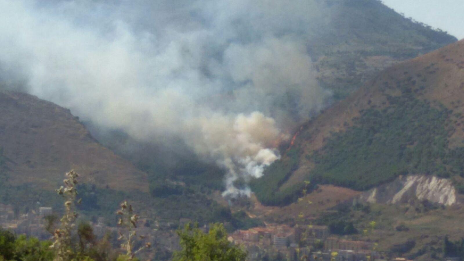 ULTIM'ORA – Incendio nel bosco di Casaboli. In azione due elicotteri