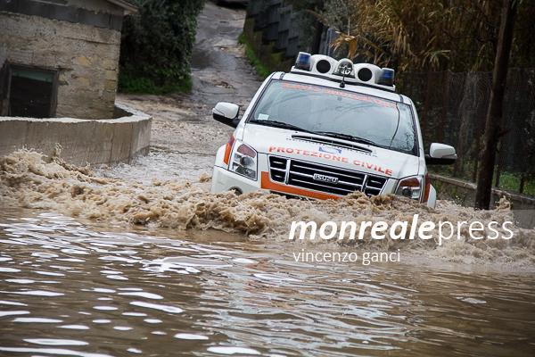 """Piove e Monreale va in tilt: allagamenti, code e tombini """"saltati"""""""