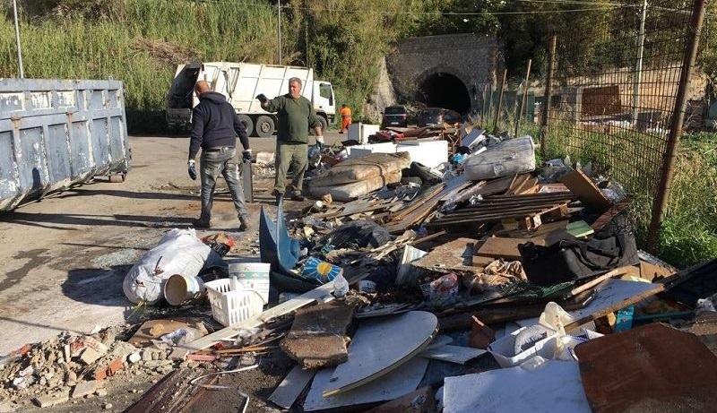 Ripulita la discarica di via Linea Ferrata: tra i rifiuti anche eternit