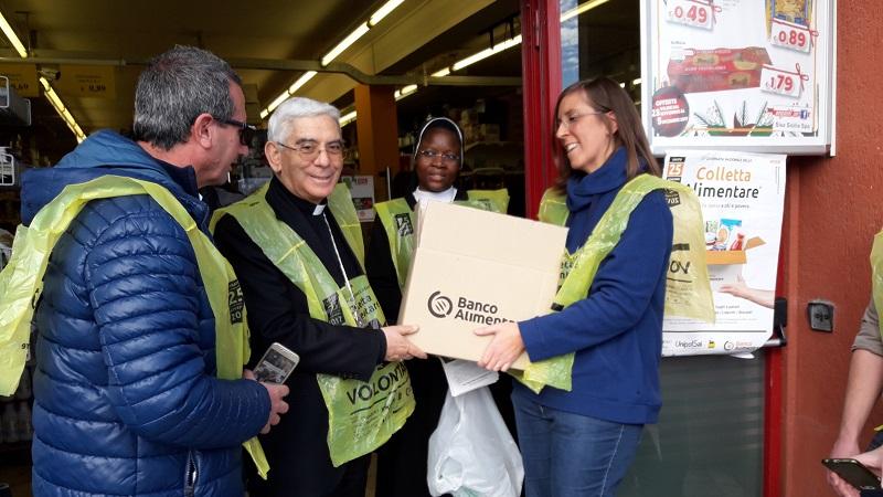 Anche a Monreale la colletta alimentare. Con i volontari c'è monsignor Pennisi