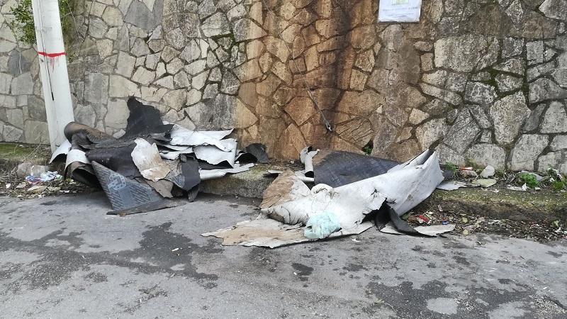 Villaciambra, senza dignità: rimuove la guaina dal tetto e la abbandona per strada