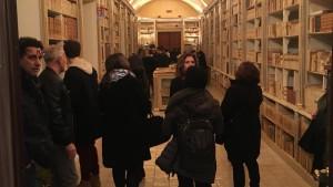 notte-bianca-fondo-antico-biblioteca