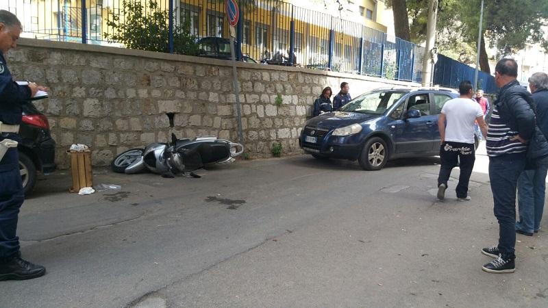 Auto contro moto in via Venero: due feriti e traffico in tilt