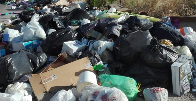 emergenza rifiuti gettare rifiuti