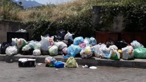 rifiuti-via-candido2
