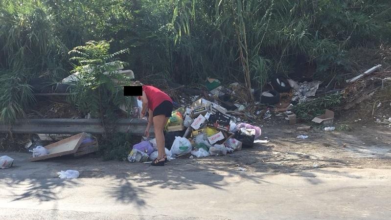 """Monreale abbandonano rifiuti in via Strada Ferrata: """"beccati"""" dai cittadini"""
