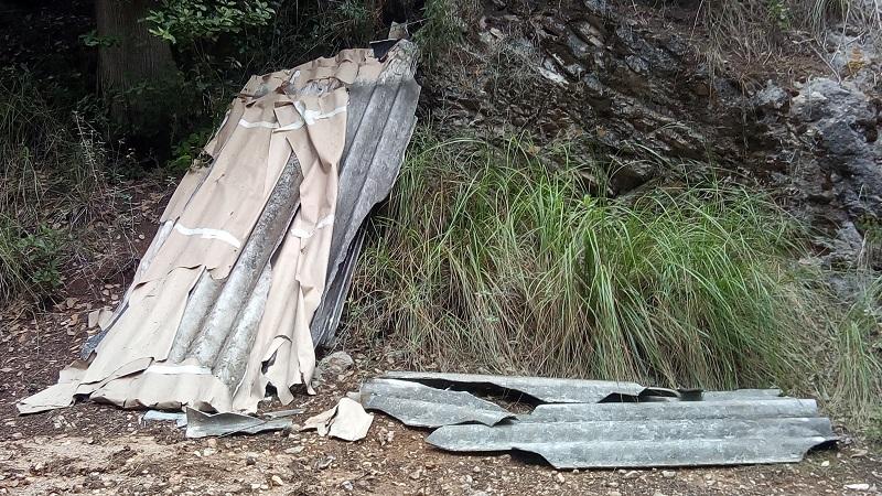 San Martino, eternit e materiale da costruzione abbandonati all'interno del bosco
