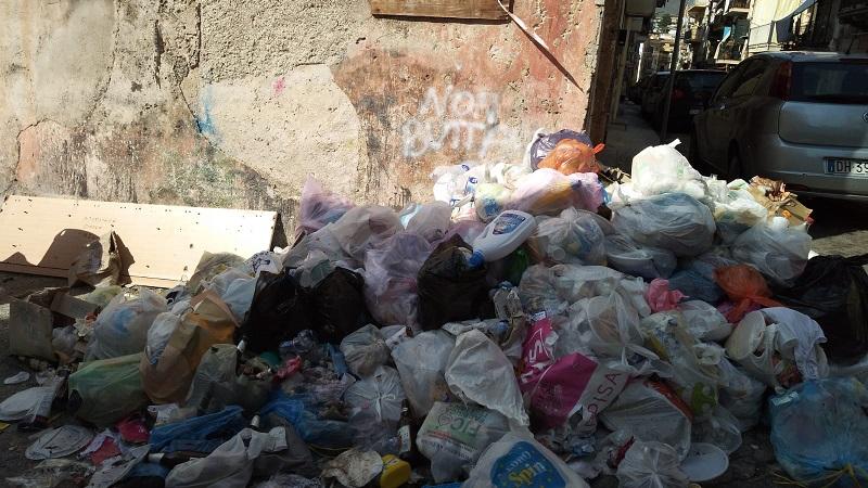 "Monreale, Salita Militi tra cumuli di rifiuti e carcasse di animali, i residenti: ""Adesso basta"""