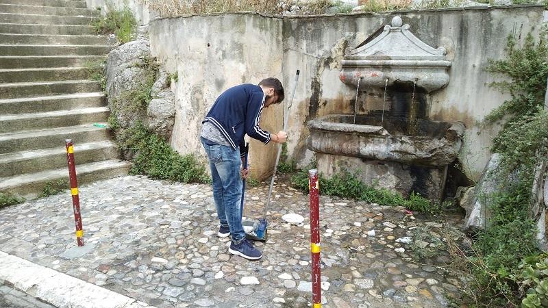 Monreale, residenti stanchi degli incivili ripuliscono la fontana di via Manfredi dai rifiuti
