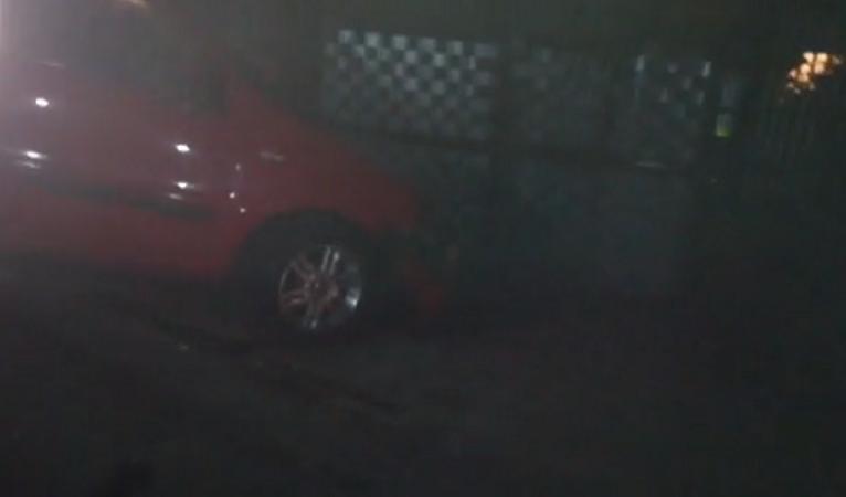 Villaciambra, sbanda a causa di un tombino e finisce contro un palo: ferito automobilista