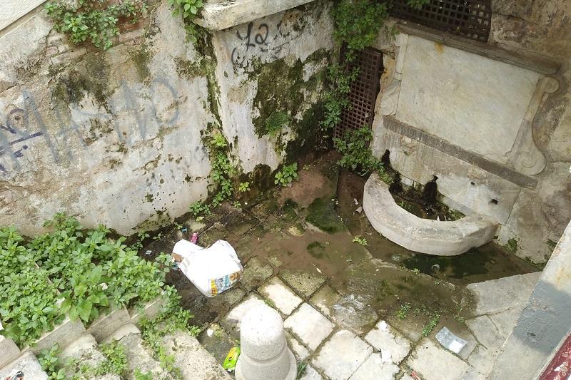 Monreale, al Pozzillo la storica fontana è sempre peggio: rifiuti, cattivi odori, erbacce e perdite