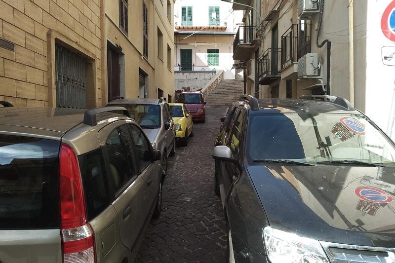 Monreale, l'ingresso al Santuario del Crocifisso tra auto in divieto e rifiuti