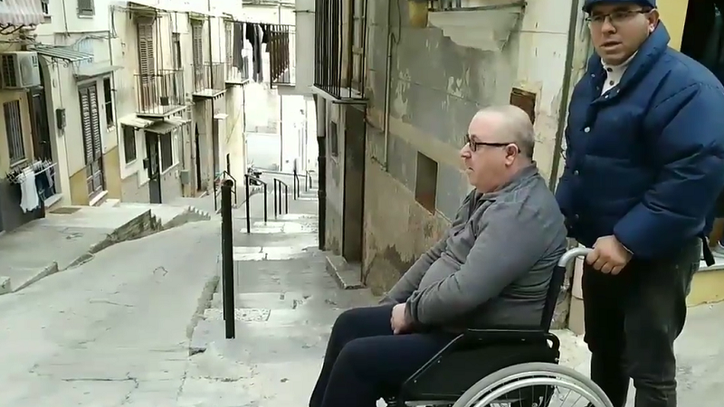 """""""Non posso uscire da solo da casa"""": l'appello di Mimmo costretto su una sedia a rotelle"""