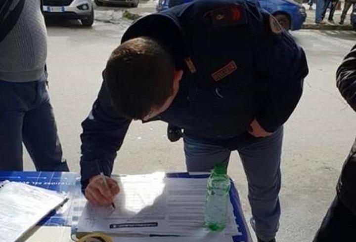 Partinico, la foto del poliziotto che firma l'appello della Lega scatena le polemiche