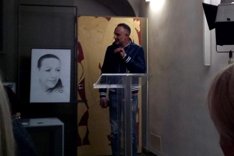 """""""I volti e le parole"""": l'artista monrealese Rocco Micale incanta Firenze con i suoi ritratti"""