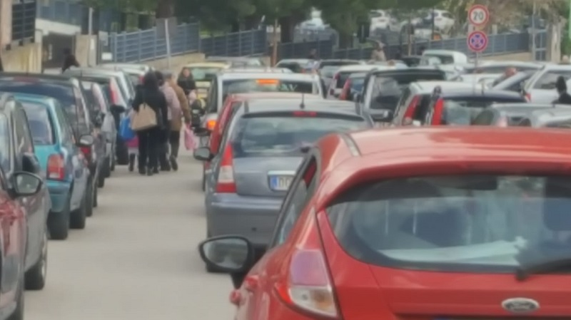 """Auto in sosta """"selvaggia"""", pullman bloccato: a Monreale scoppia il caos"""