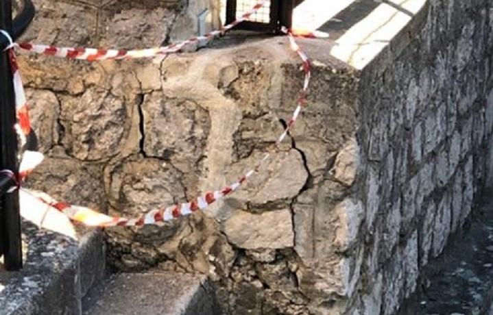 """Pioppo, muro pericolante alla scuola elementare. I genitori: """"Non aspettiamo tragedie"""""""