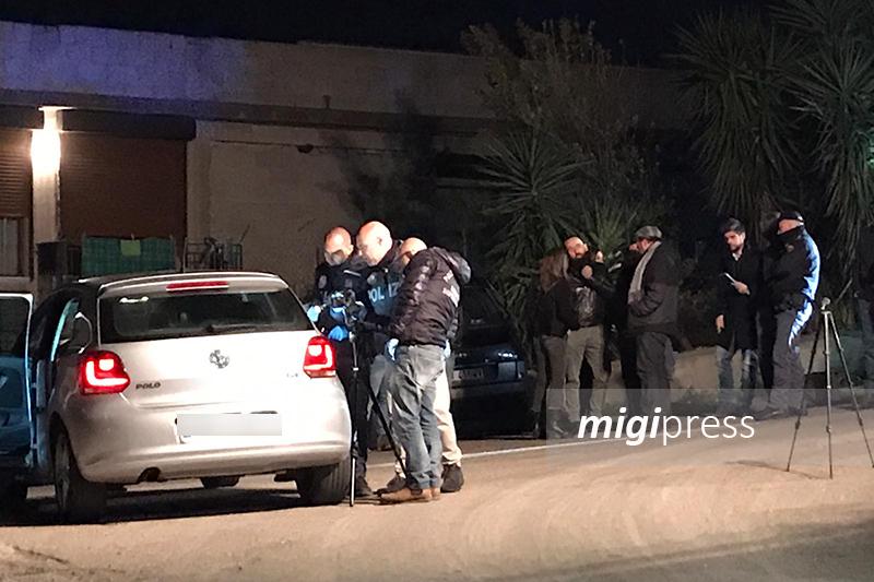 Cadavere di un uomo trovato all'interno di un'auto: gli hanno sparato alla testa
