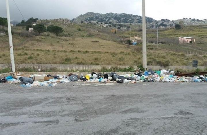 """Vento forte, """"rifiuti volanti"""" sulla Sp 20 a Poggio San Francesco"""