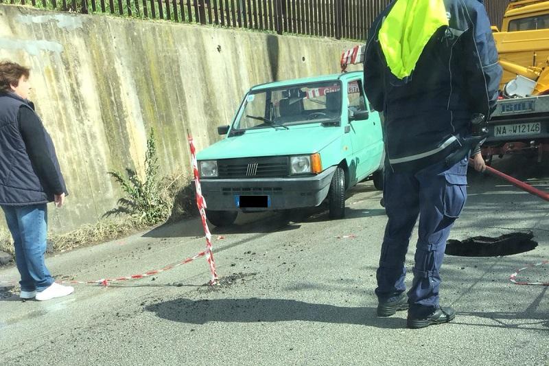Via Florio, si apre voragine in strada: auto ci finisce dentro