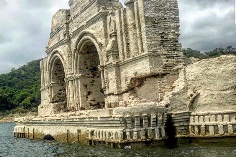 La Chiesa di 400 anni fa che emerge dalle acque di un lago