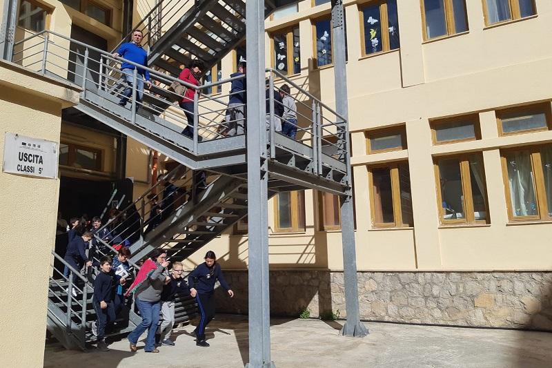 """""""C'è un terremoto, tutti fuori"""": l'esercitazione alla scuola Novelli"""