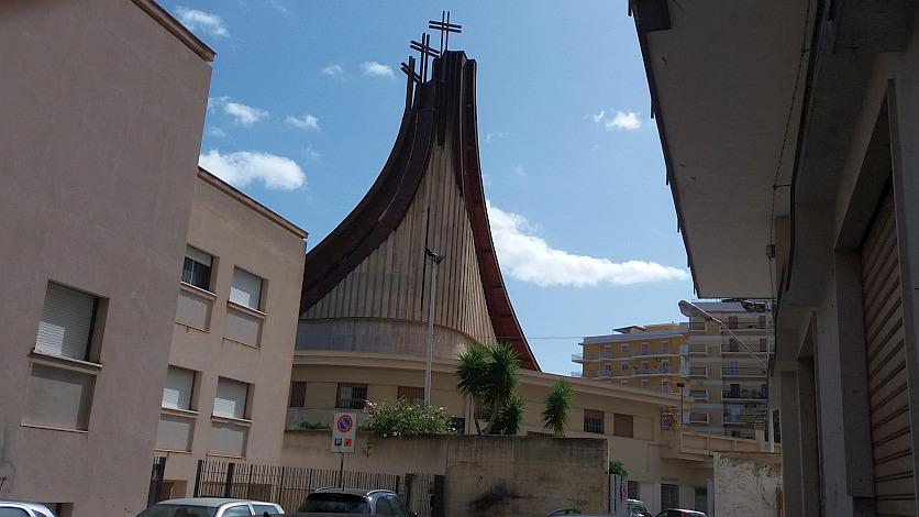 Ladri entrano in chiesa e rubano in sagrestia, ma prima di andare via fanno la pipì