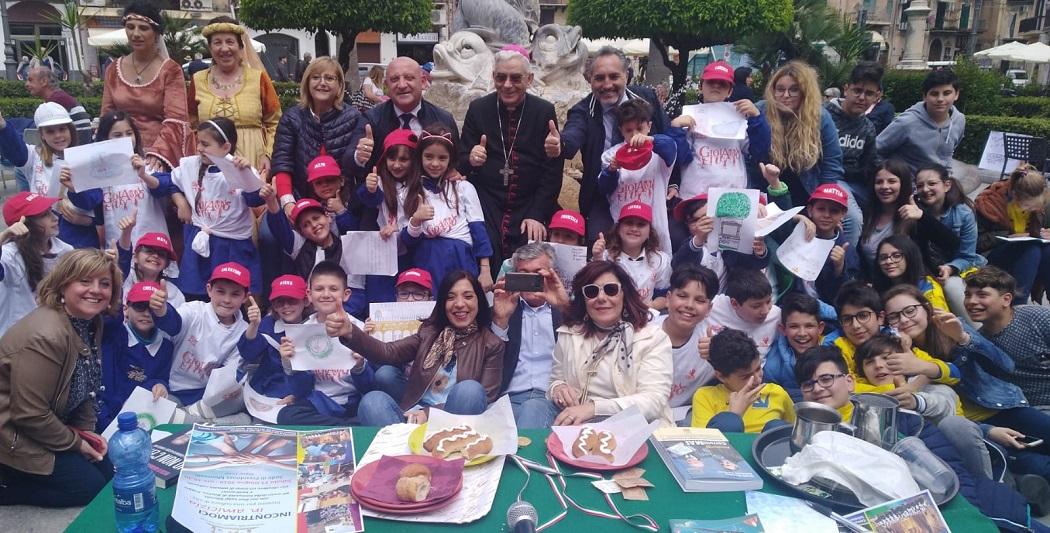 Caffè letterario in piazza: i bambini a confronto con sindaco e Arcivescovo