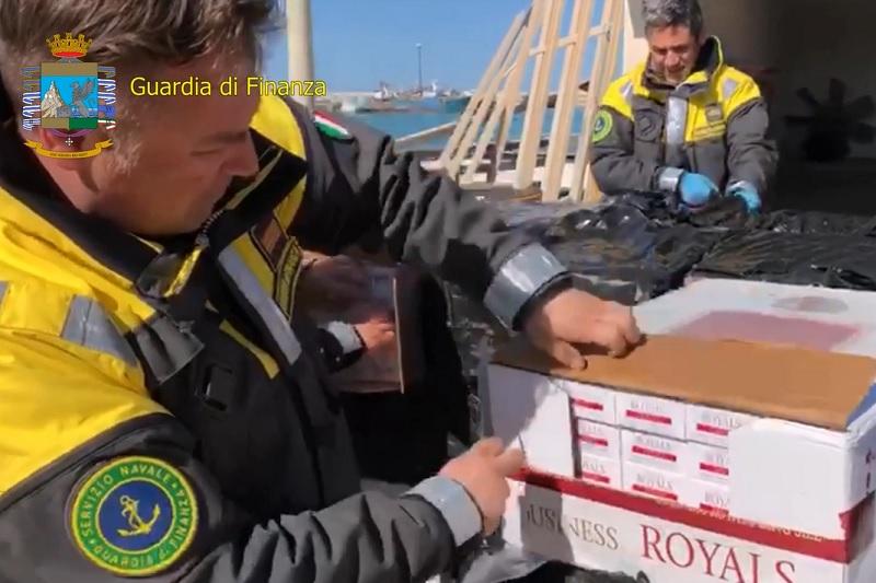 Dalla Tunisia alla Sicilia in gommone con i migranti e 300 chili di sigarette