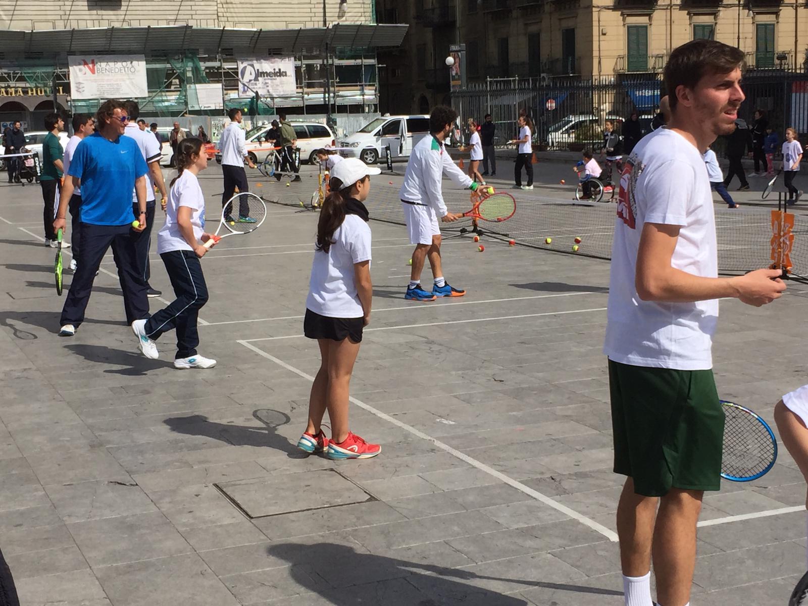 """Tutti pronti per giocare davanti al Duomo. Sabato c'è il """"Tennis in piazza"""""""