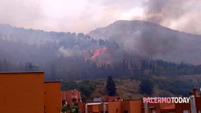 Fuoco sui monti che sovrastano la città, evacuati i residenti