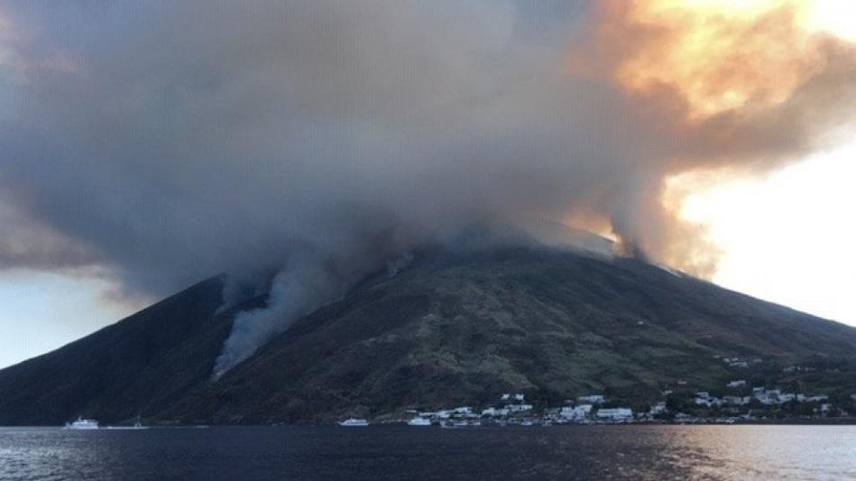 Stromboli, esplosioni dal cratere: turisti si gettano in acqua