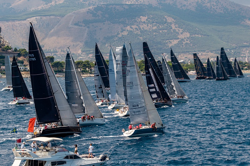 Al via con 51 imbarcazioni la Palermo-Montecarlo: ed è subito bagarre in testa