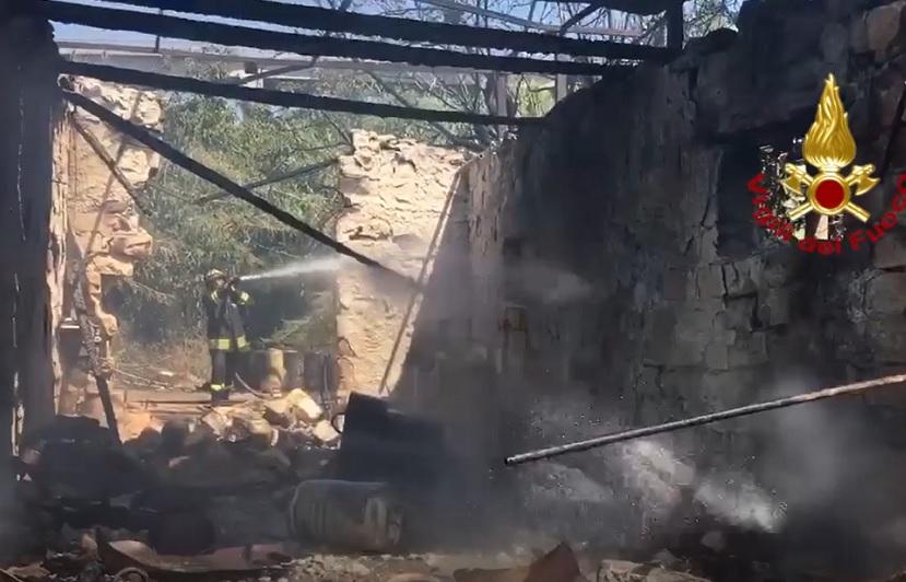 Boato scuote il quartiere: esplodono bombole di gas. Panico e feriti