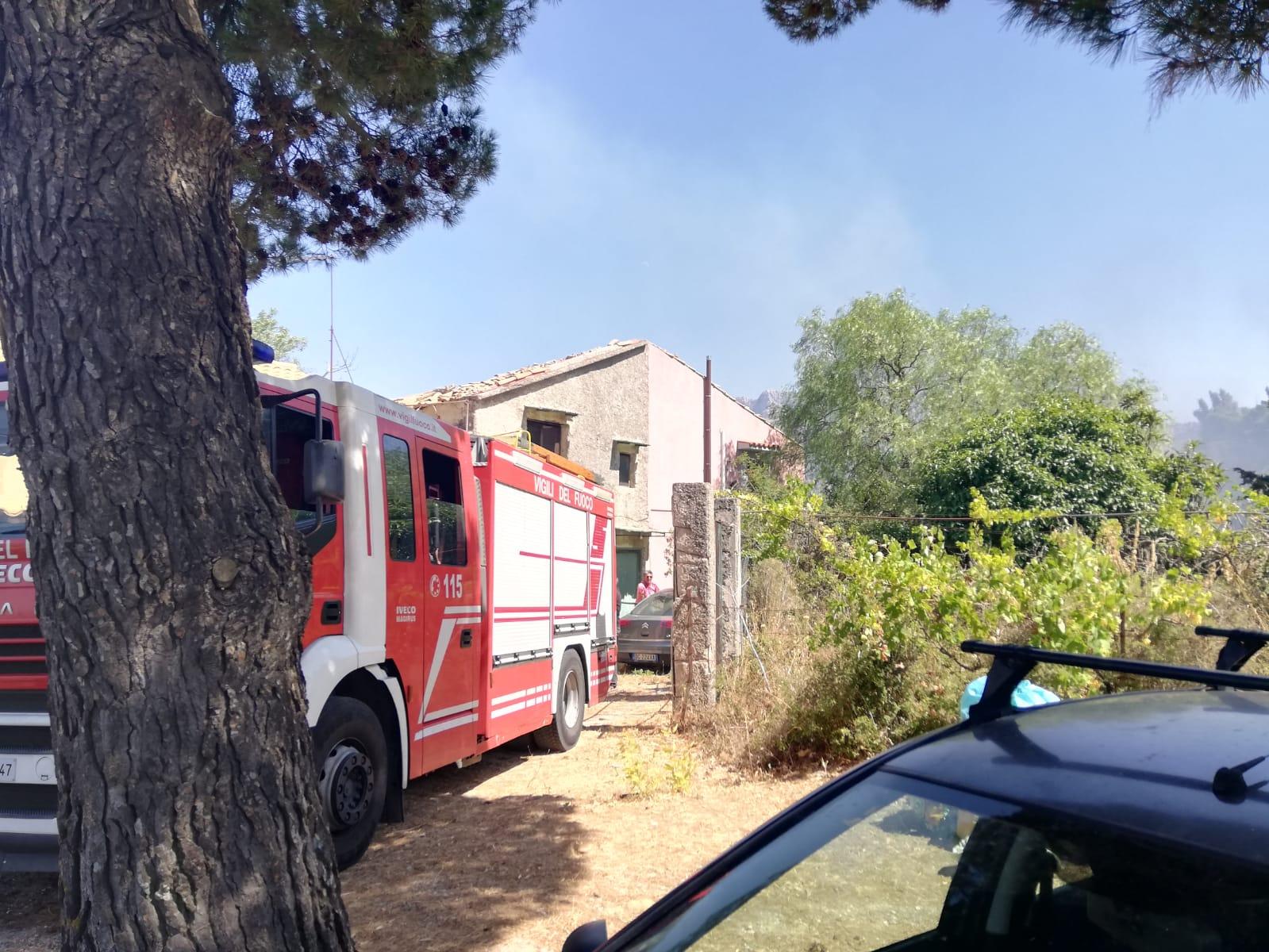 Fuoco tra le abitazioni, evacuate alcune villette a Pioppo e Giacalone