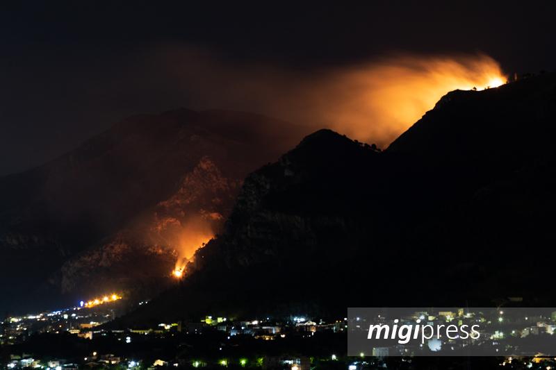 Vasto incendio a Palermo, ancora in fiamme Monte Grifone