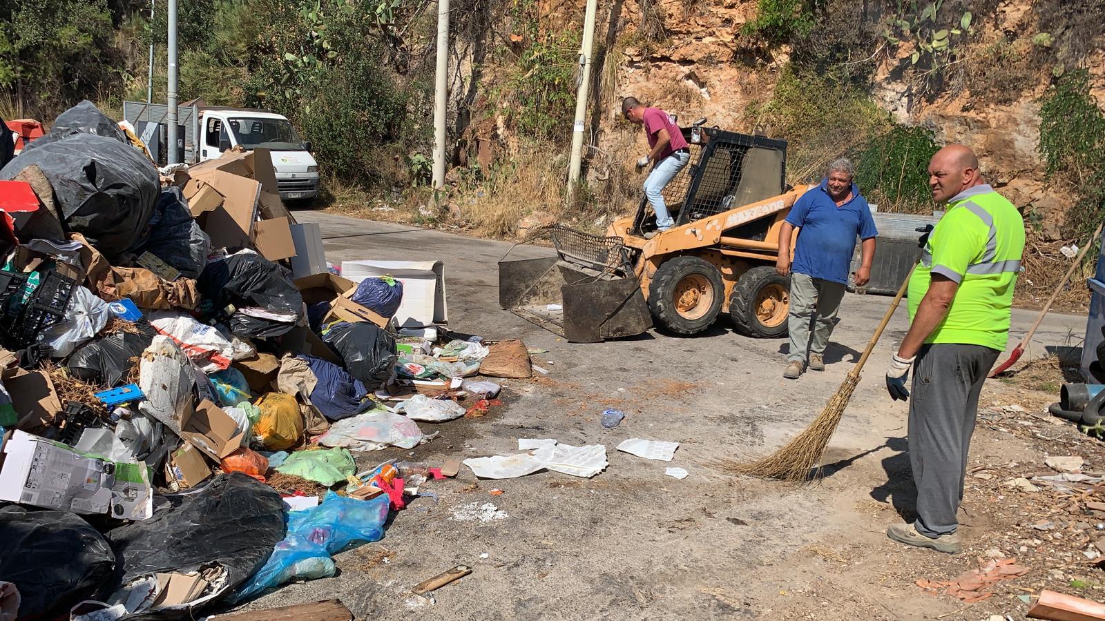 """Intervento per rimuovere le """"montagne"""" di rifiuti in via Regione Siciliana"""